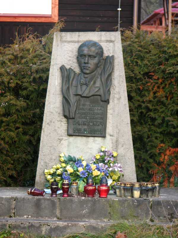 Меморіальна дошка в Новиці