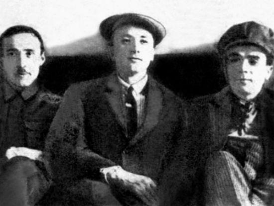 Микола Хвильовий серед товаришів, 1927…