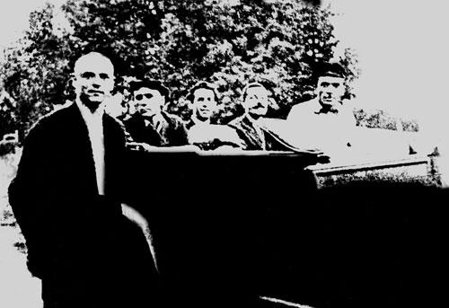 Микола Хвильовий серед товаришів, 1924…