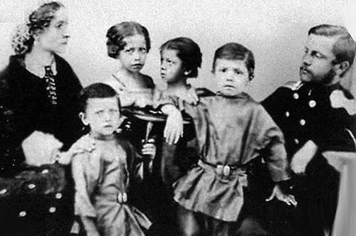 Миша Врубель рядом с отцом в кругу…
