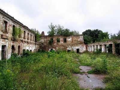 Ізяслав. Двір з мурованою аркадою-галереєю