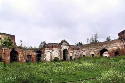 Ізяслав. Проїзд з аркади до внутрішнього замковаого двору, декорований пілястрами