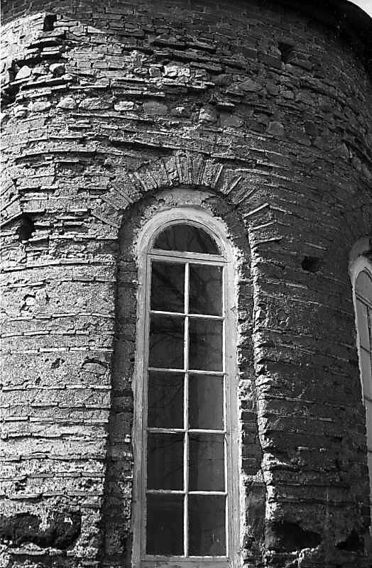 Остер. Церква св.Михаїла. Центральне вікно апсиди. Вигляд зі сходу. 1978 р. Фото М.І.Жарких