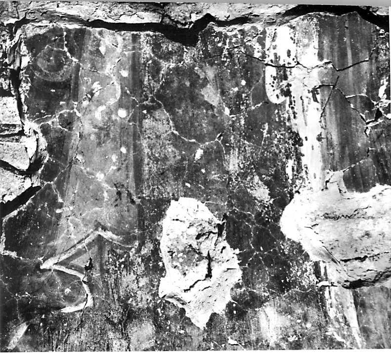 Остер. Церква св.Михаїла. Фрагмент одягу архангела на південному схилі конхи. Стан 1977 р.