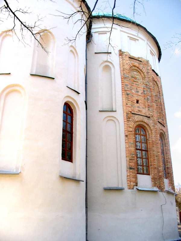 Чернігів. Спасо-Преображенський собор. Апсиди, на центральній апсиді відкрита частина стародавнього мурування.