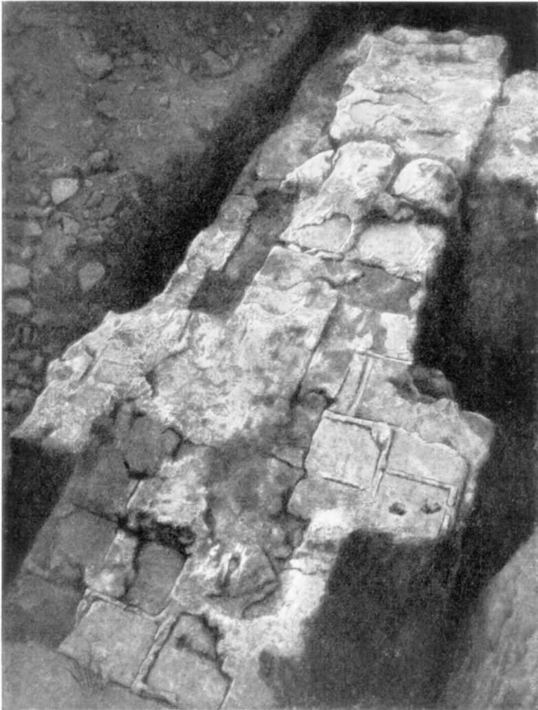Табл. VI. Развалины Десятинной церкви. Следы деревянных связей в кладке фундамента