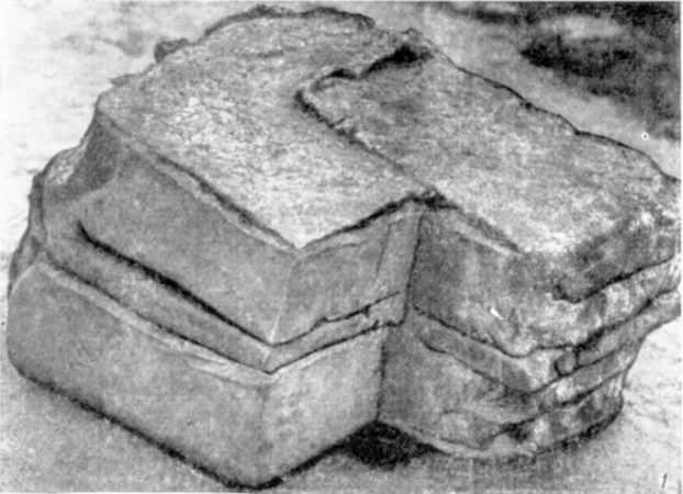Табл. VII-1. Развалины Десятинной церкви. Фрагмент двухступчатой ниши