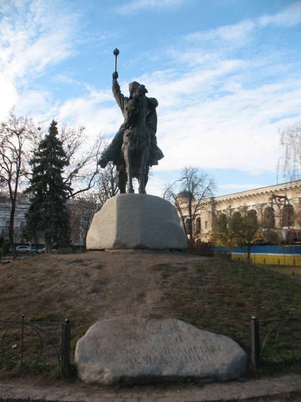 Пам'ятник Петрові Сагайдачному, Поділ