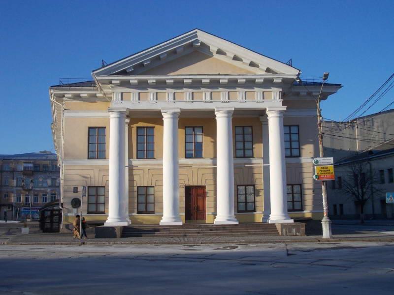 Контрактовый дом, Главный фасад