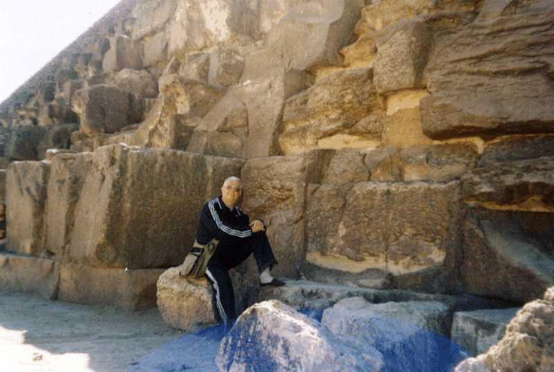 31. Автор біля підніжжя піраміди Хеопса