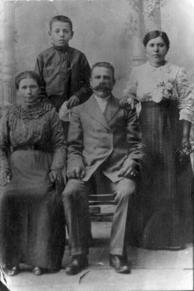 Фрося з батьками Дмитром, Варварою,…