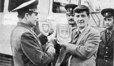 К.Макгінлі передає сувеніри київським…