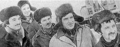 Слева направо – строители А.Конарев,…